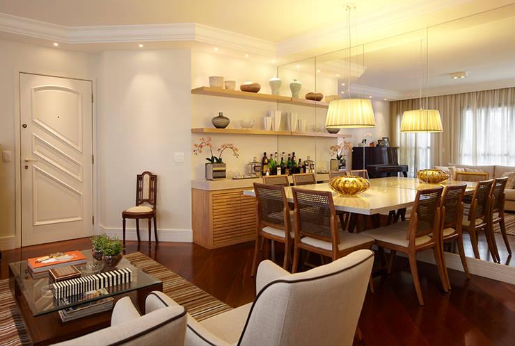 SALA DE JANTAR E LIVING: Sala de jantar  por JULIANA MUCHON ARQUITETURA E INTERIORES