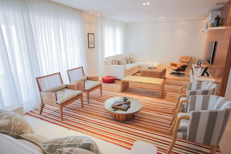 LIVING : Sala de estar  por JULIANA MUCHON ARQUITETURA E INTERIORES