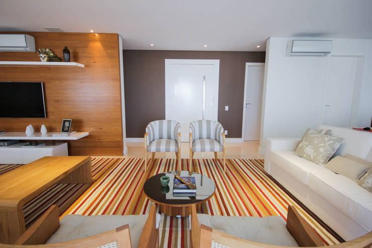 LIVING E ENTRADA: Sala de estar  por JULIANA MUCHON ARQUITETURA E INTERIORES