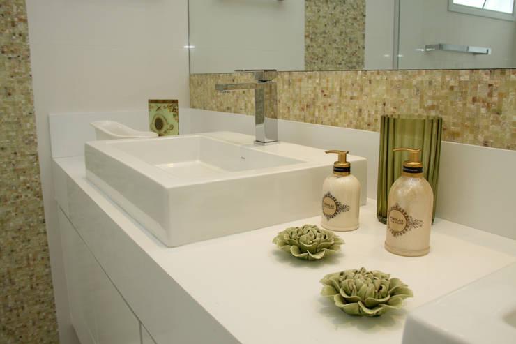 detalhe da bancada: Baños de estilo moderno por 2d arquitetura decoração e design
