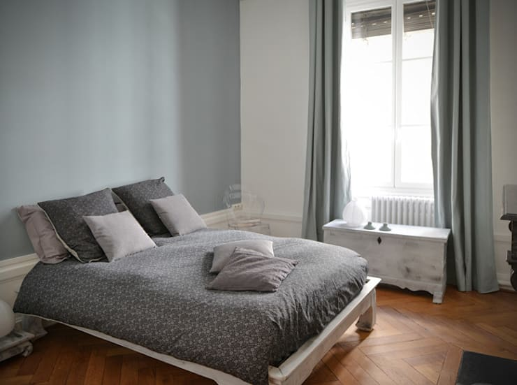 Rénovation d'un appartement haussmannien à Lyon 06: Chambre de style  par Marion Lanoë Architecte d'Intérieur