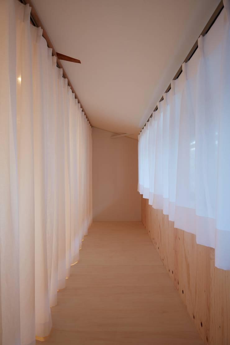 ロフト カーテン: studio junaが手掛けた和室です。
