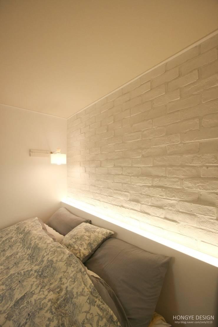 침실: 홍예디자인의  침실