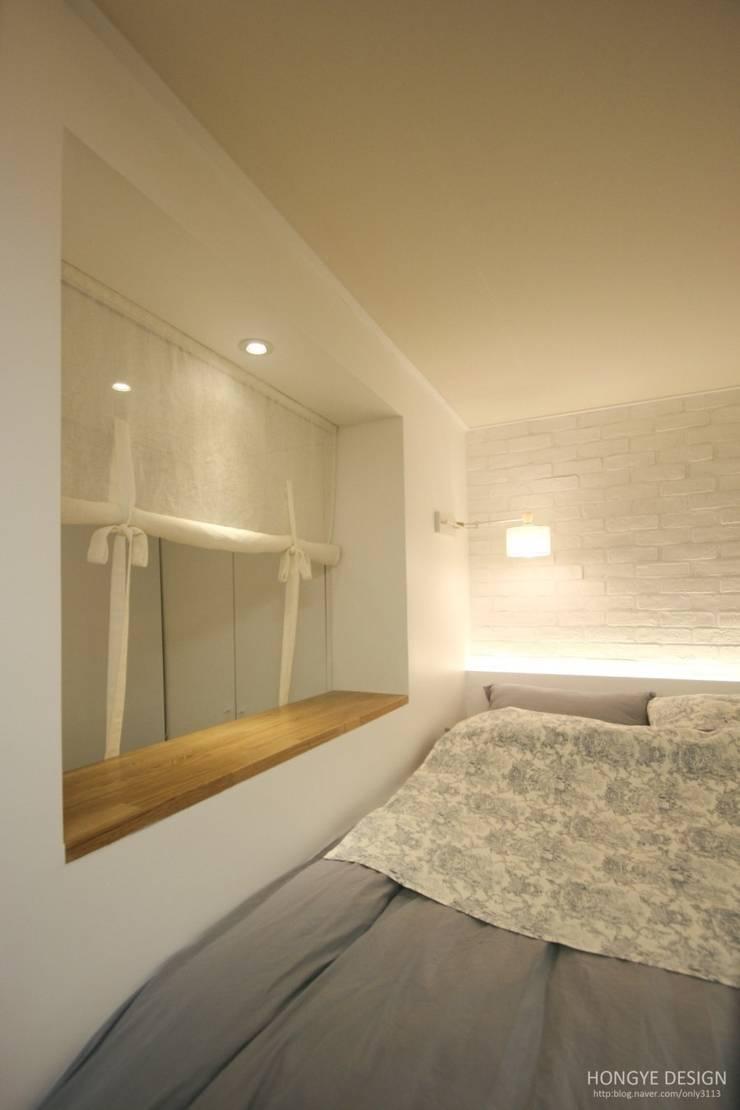 Dormitorios de estilo  de 홍예디자인