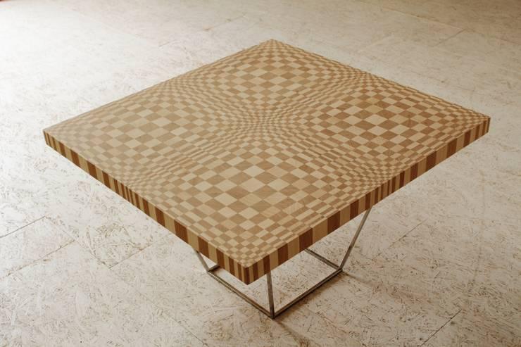 Tavolino di Optic Collection: Sala da pranzo in stile  di Marzoarreda