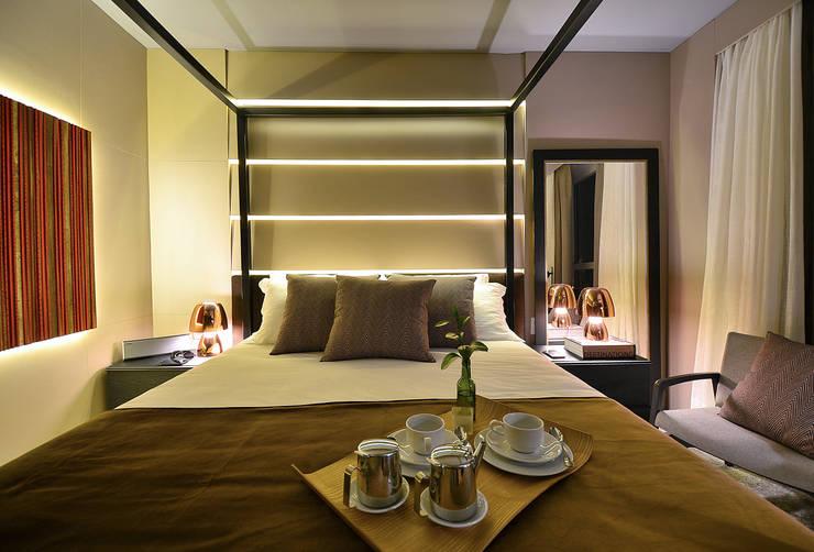 Apartamento Luxo Design Laghetto: Closets  por Bibiana Menegaz - Arquitetura de Atmosfera