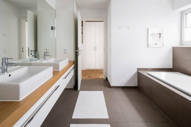 Wohnhaus Köln Widdersdorf:  Badezimmer von Corneille Uedingslohmann Architekten