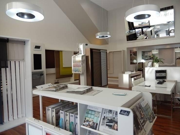 Showroom Cortina Técnica Las Rozas: Oficinas y Tiendas de estilo  de Luxaflex Concept Store