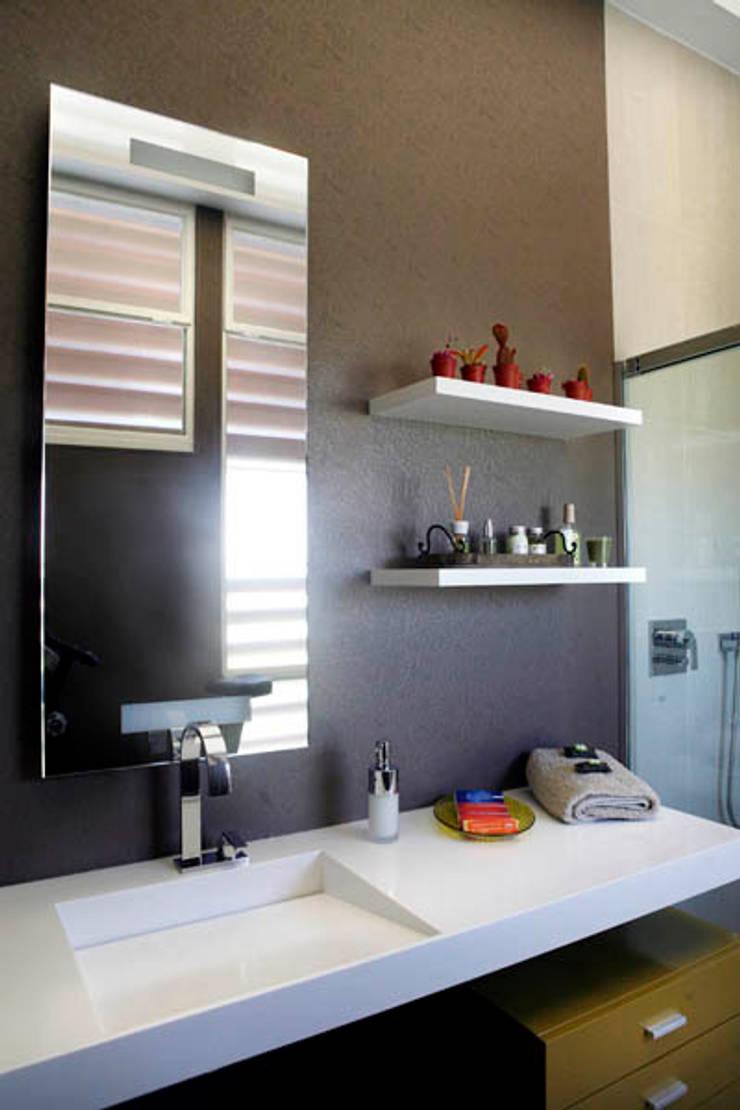 Baño revestimiento vinílico_SUELOS Y PAREDES: Baños de estilo  de SUELOS Y PAREDES SIN OBRAS