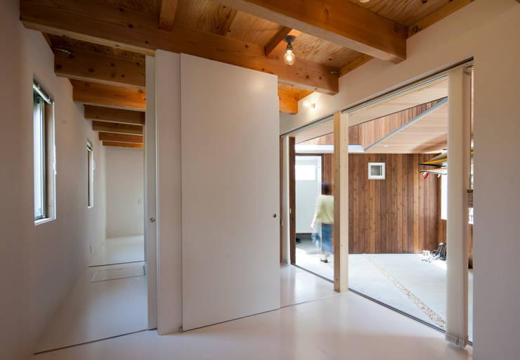 Delta house: 水野建築事務所が手掛けた寝室です。,モダン