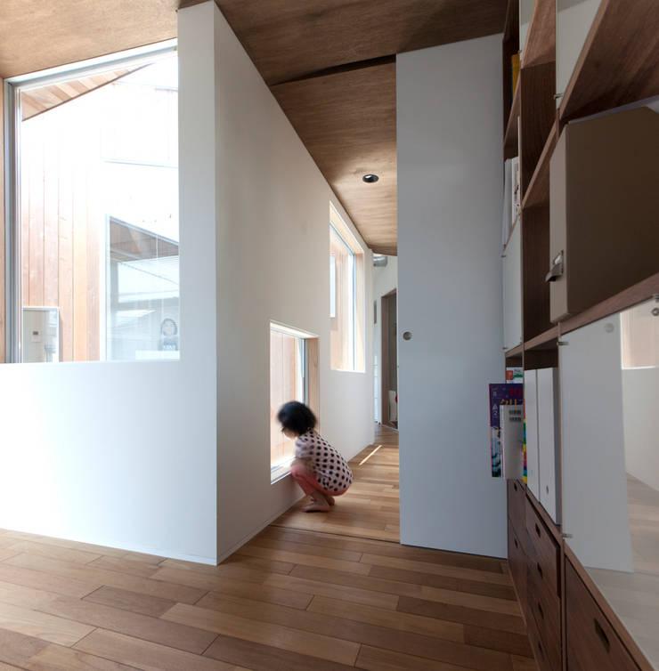 Delta house: 水野建築事務所が手掛けた窓です。,モダン