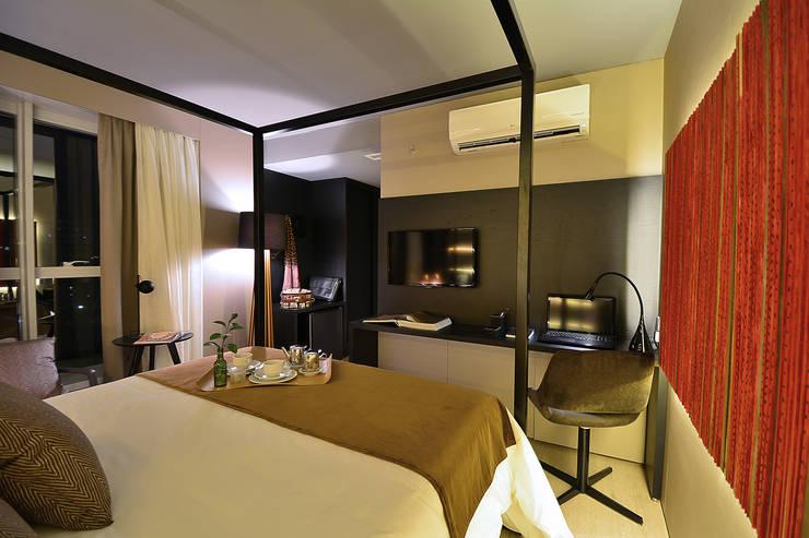 Luxo Design Hotel: Quartos  por Bibiana Menegaz - Arquitetura de Atmosfera