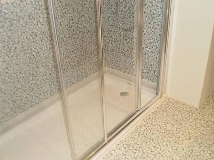 Baño revestimiento vinílico_SUELOS Y PAREDES: Bodegas de estilo  de SUELOS Y PAREDES SIN OBRAS