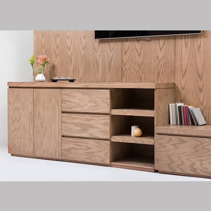 Mueble de TV con consola escalonada - acercamiento1: Sala multimedia de estilo  por MADERISTA