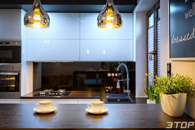Meble na wymiar – zabudowa kuchni w mieszkaniu: styl , w kategorii Kuchnia zaprojektowany przez 3TOP,