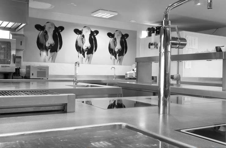Koeien in de keuken van restaurant Vandeijck:  Gastronomie door PimpYourKitchen, Modern