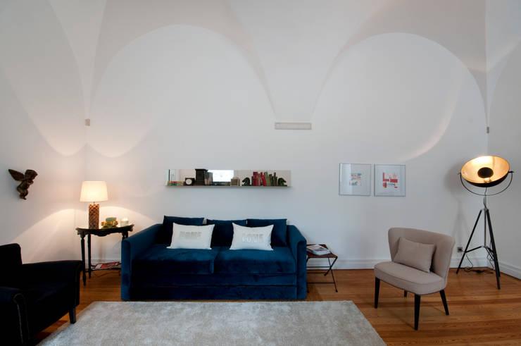 sala: Salas de estar  por Home Staging Factory