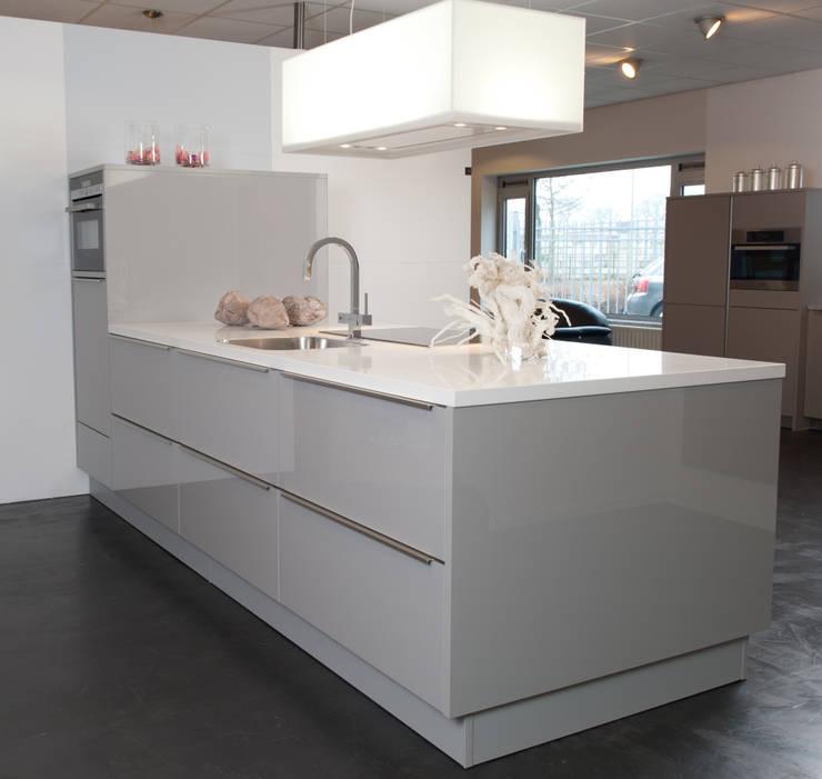 Strak schier eiland: moderne Keuken door Tinnemans Keukens