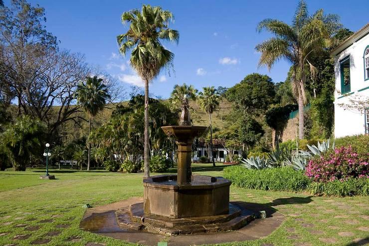 Jardines de estilo topical por Laura Mourão Arquitetura da Paisagem