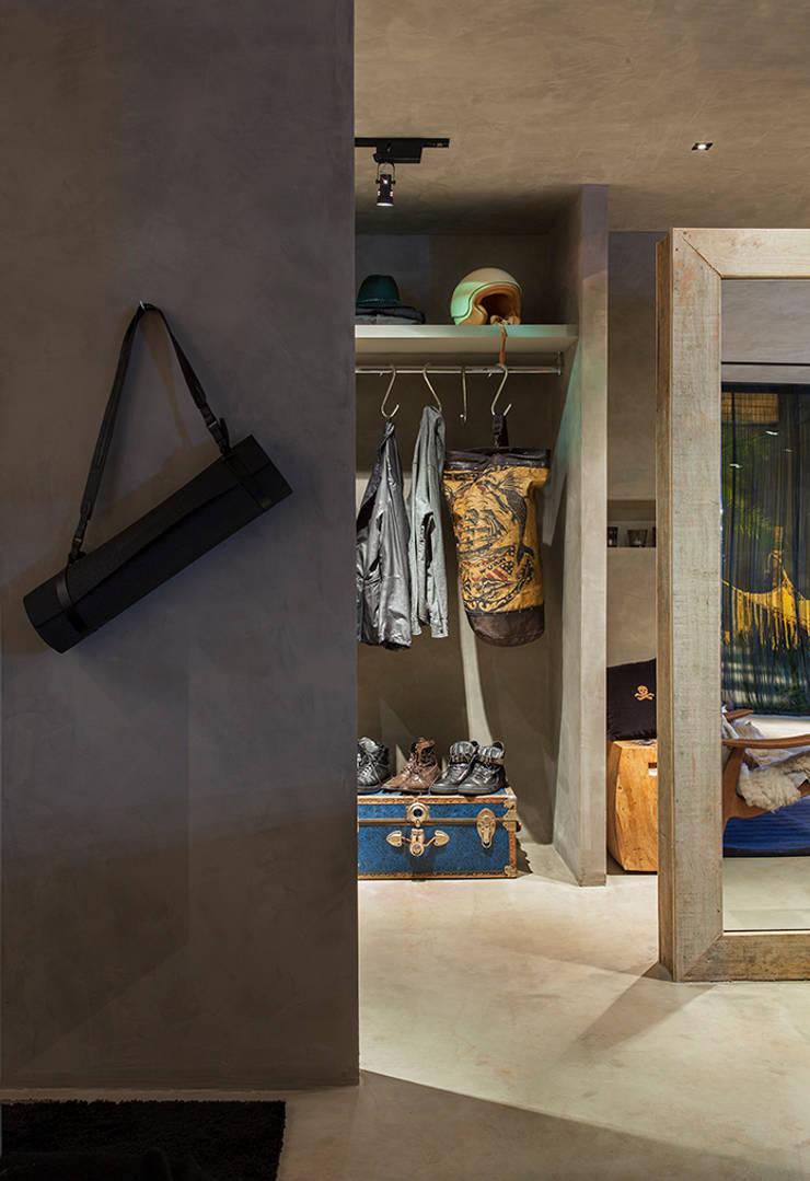 Loft do DJ Renata Ratier – CASA COR MS 2014: Closets ecléticos por Gabriela Pereira