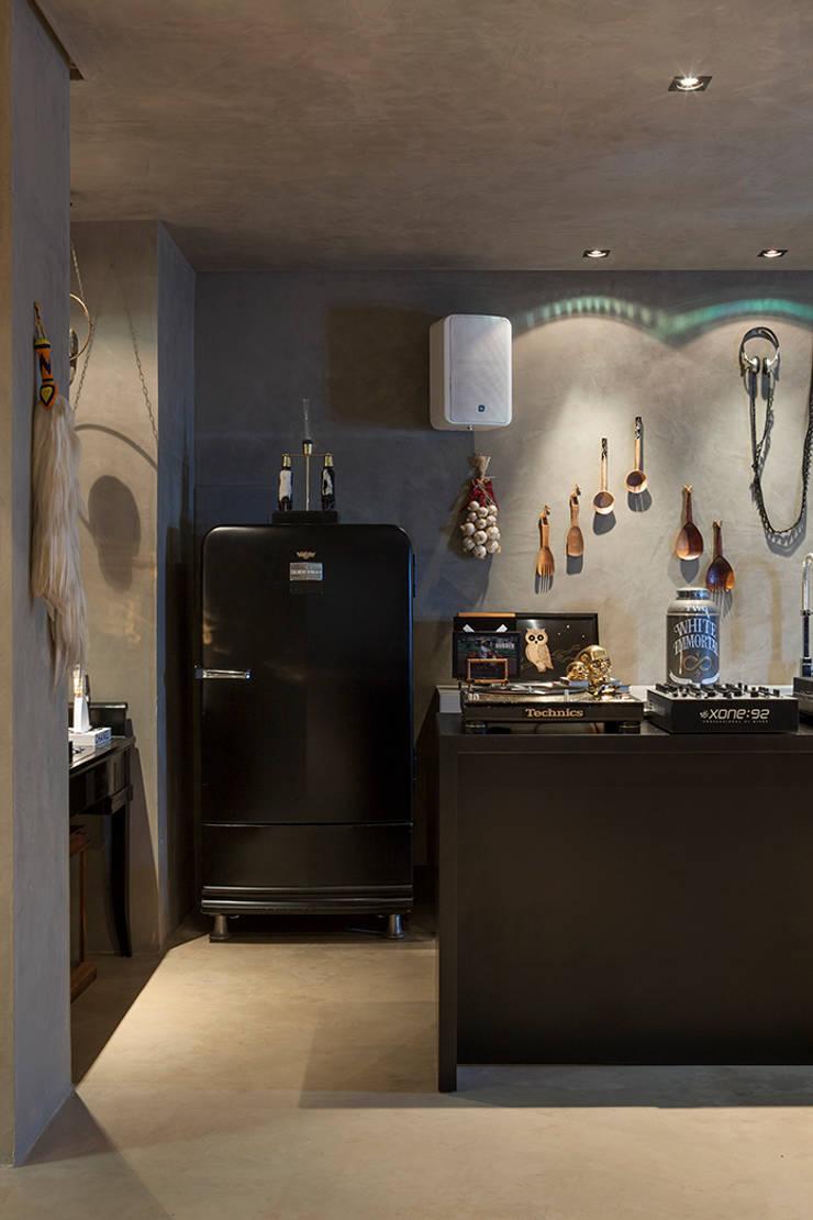Loft do DJ Renata Ratier – CASA COR MS 2014: Cozinhas ecléticas por Gabriela Pereira