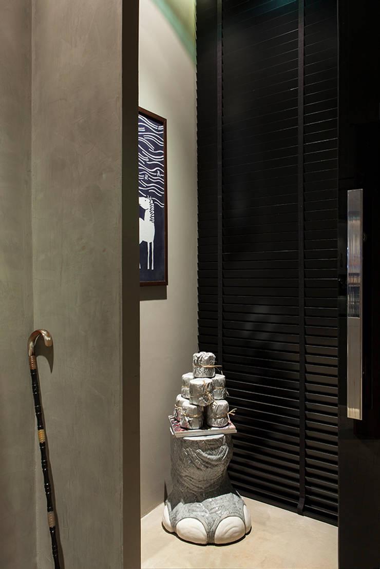 Bathroom by Gabriela Pereira,