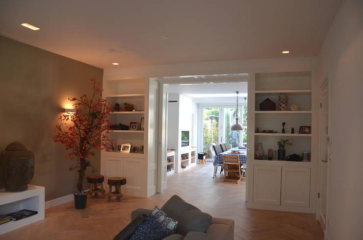 En-suite kast:  Woonkamer door Boks architectuur, Modern
