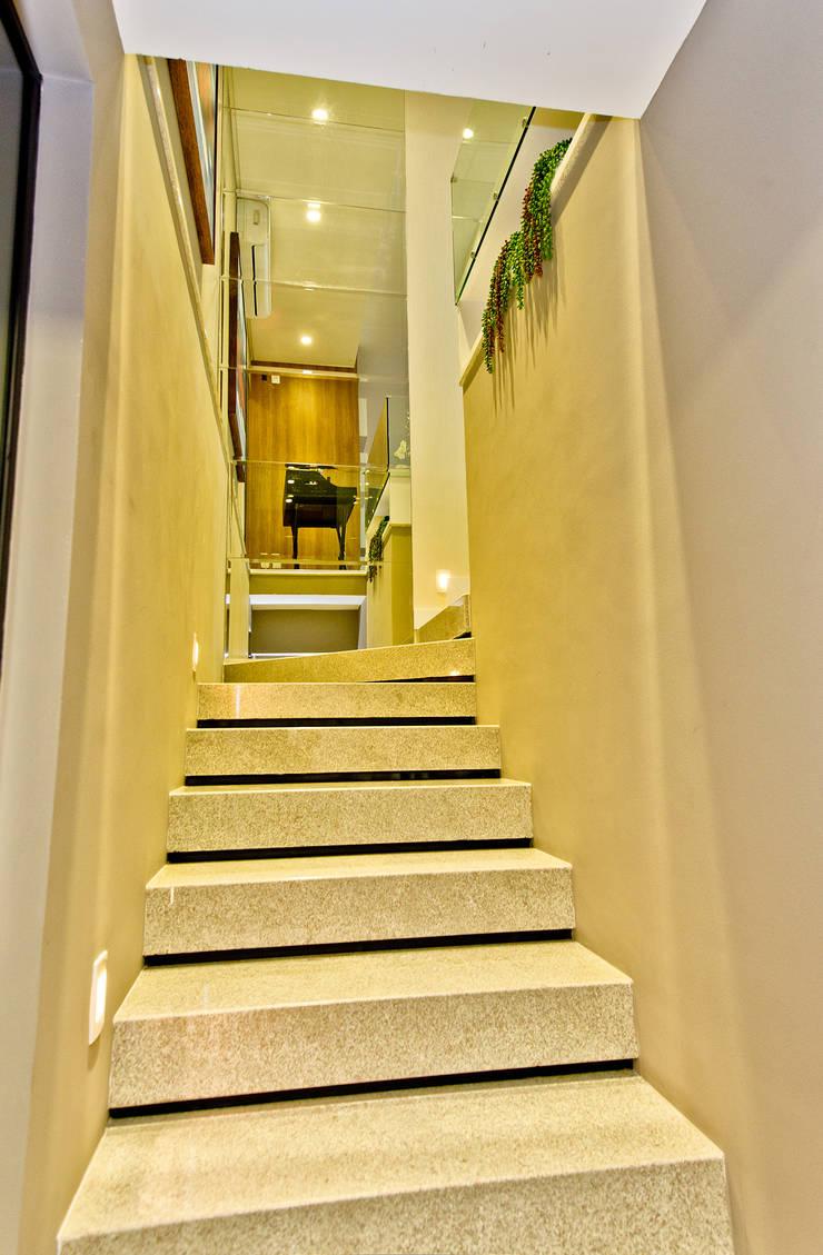 Escada: Depois da Reforma:   por Espaço do Traço arquitetura,Moderno