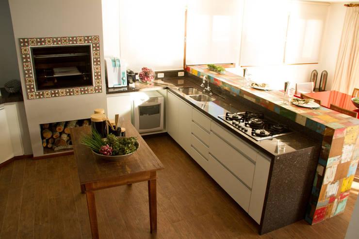 Casa de praia: Cozinhas  por Espaço do Traço arquitetura