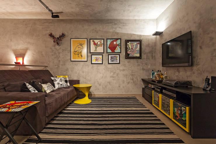 Cobertura .SC: Salas de estar ecléticas por Amis Arquitetura & Design