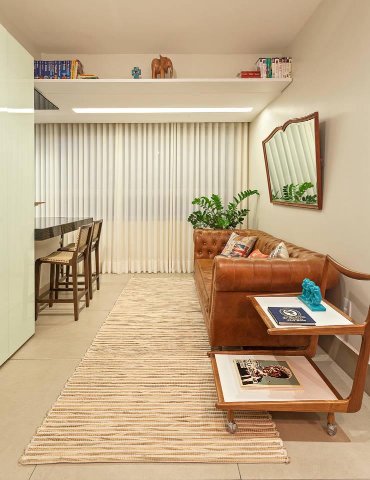 Cobertura .SC: Salas de estar  por Amis Arquitetura & Design,