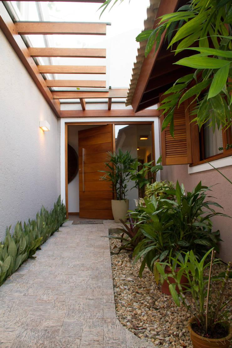 Casa de praia: Corredores e halls de entrada  por Espaço do Traço arquitetura