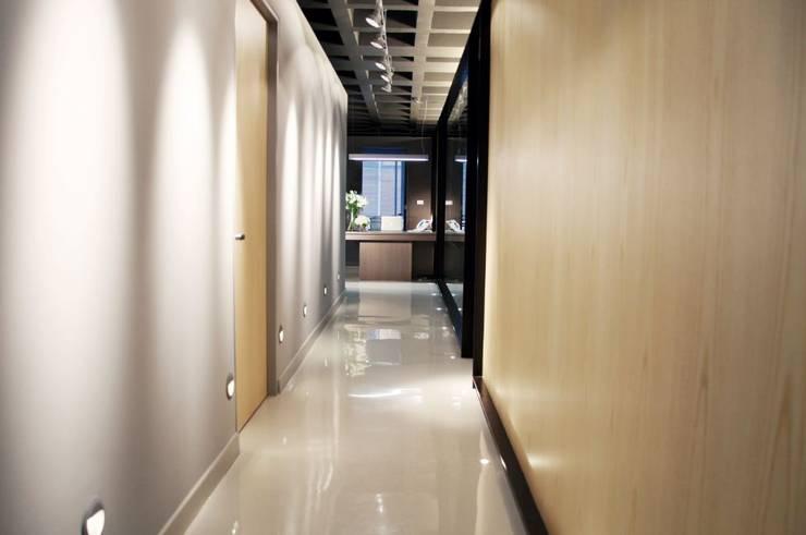 Pasillo de oficinas: Oficinas y tiendas de estilo  por Quinto Distrito Arquitectura