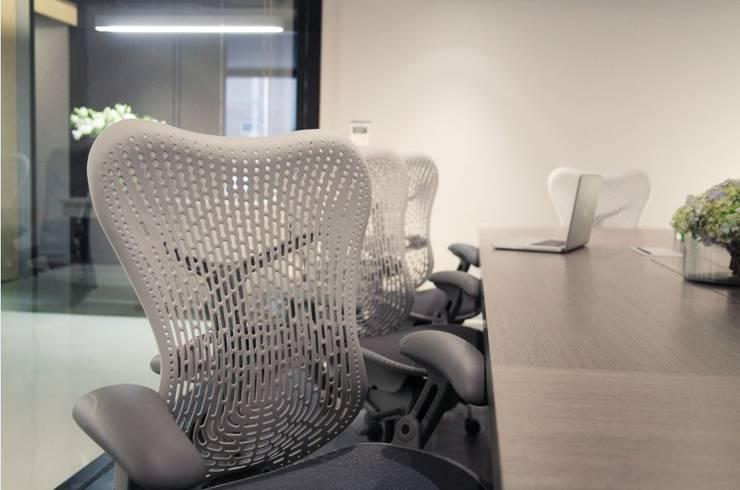 Mobiliario de oficina: Oficinas y tiendas de estilo  por Quinto Distrito Arquitectura