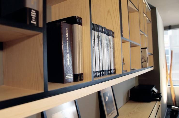 Mobiliario sobre diseño en privado de Dirección: Oficinas y tiendas de estilo  por Quinto Distrito Arquitectura
