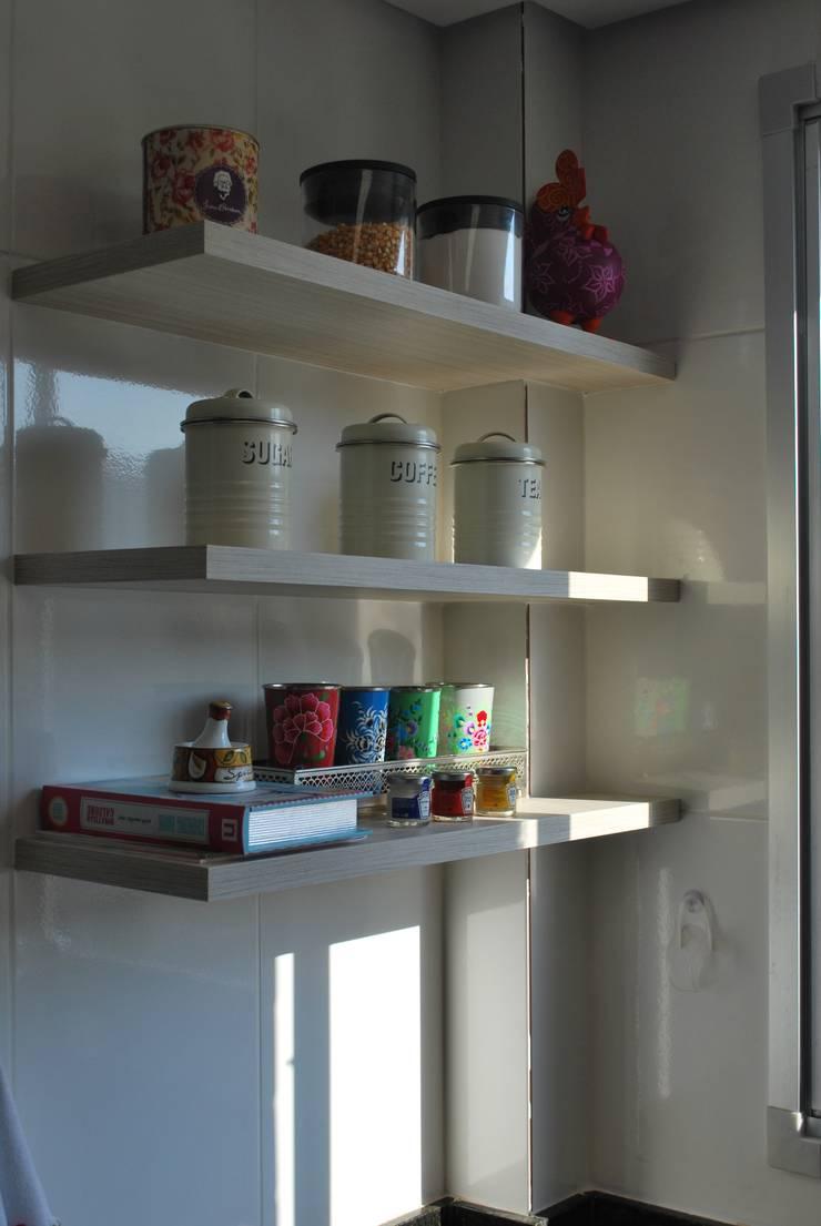 Apartamento .GD: Cozinhas  por Amis Arquitetura & Design