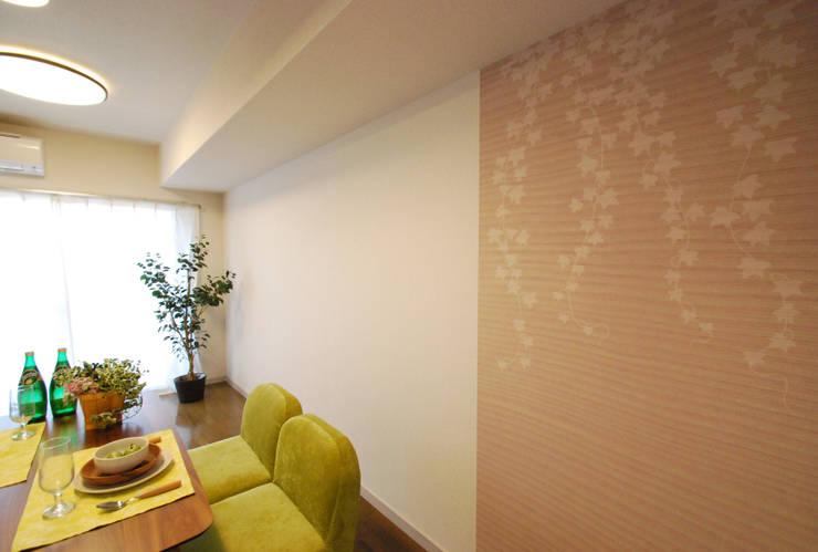 オーダーメイドのアクセントクロス: Deco Cloth(デコクロス)が手掛けた壁&床です。