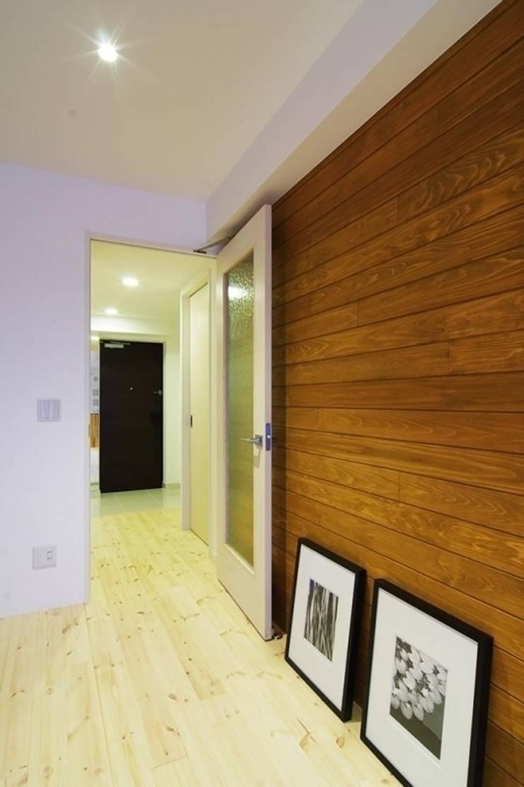 素足がきもちいい家: Style is Still Living ,inc.が手掛けた壁です。