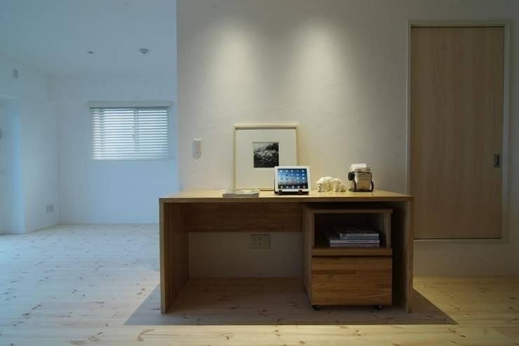 素足がきもちいい家: Style is Still Living ,inc.が手掛けた勉強部屋/オフィスです。