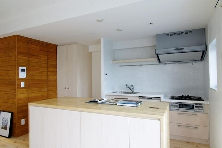 素足がきもちいい家: Style is Still Living ,inc.が手掛けたキッチンです。