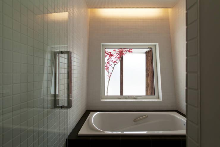 造作風呂: 一級建築士事務所 Atelier Casaが手掛けた浴室です。