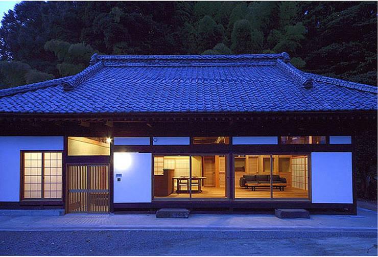 ファサード夜景: 松井建築研究所が手掛けた家です。