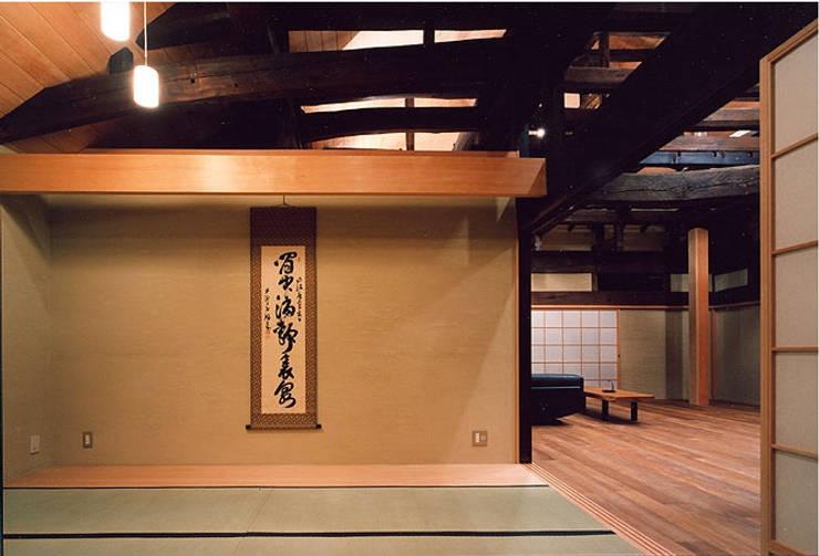 和室: 松井建築研究所が手掛けたリビングです。