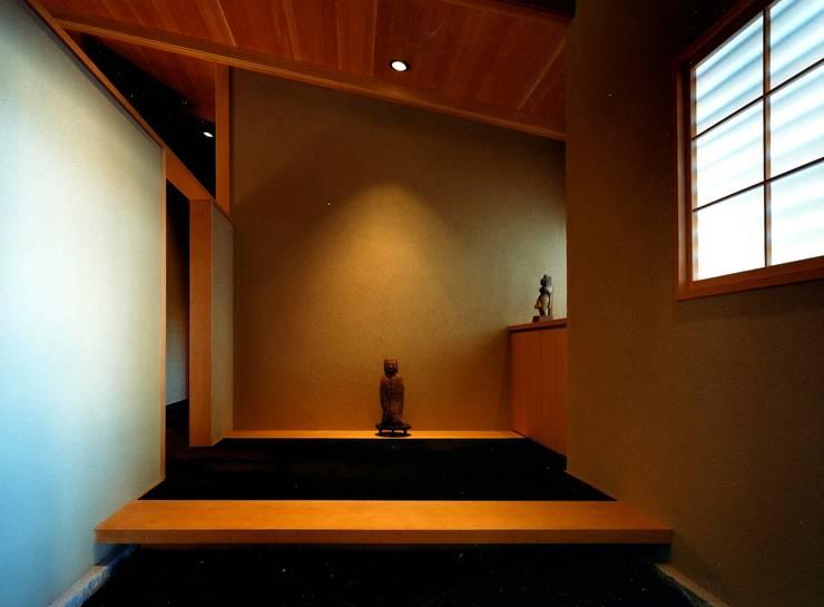 玄関: 松井建築研究所が手掛けた壁です。