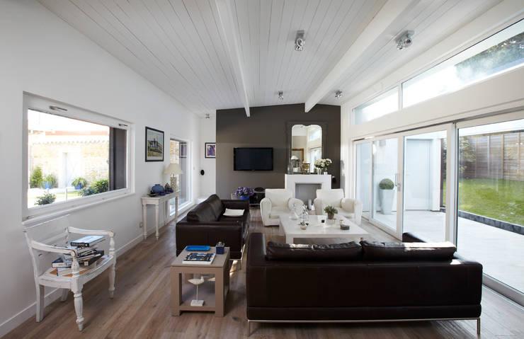 Maison individuelle à Villefranche-sur-Saône: Salon de style  par Caroline Wach Architecture