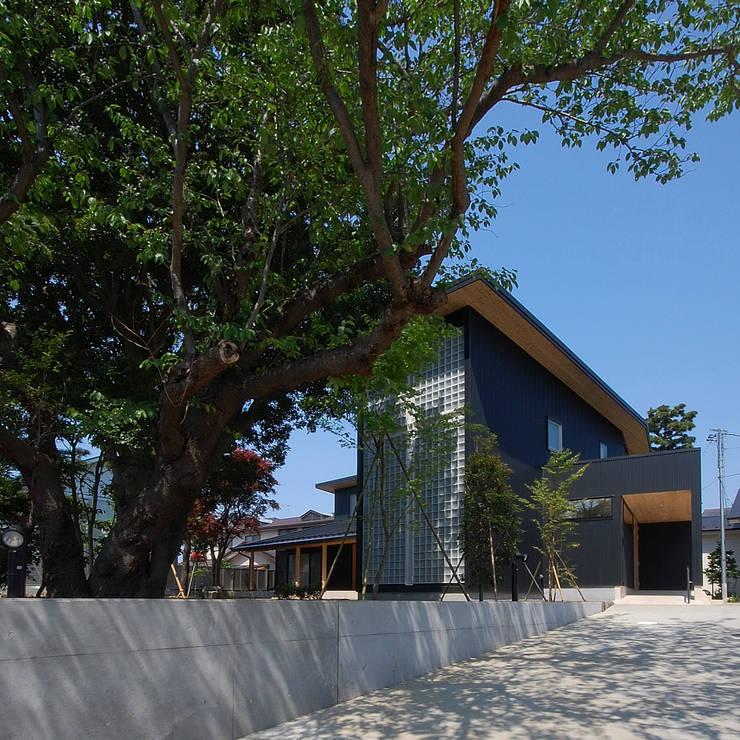 木薫る夏の教会「全開口と空窓の黙想の家」: M設計工房が手掛けた家です。,モダン 金属