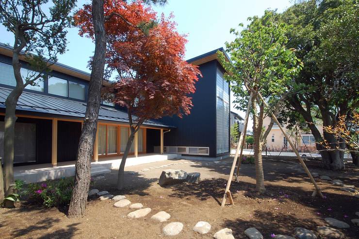 木薫る夏の教会「全開口と空窓の黙想の家」: M設計工房が手掛けた庭です。,モダン 木 木目調
