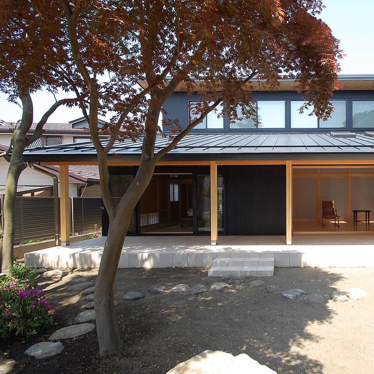 木薫る夏の教会「全開口と空窓の黙想の家」: M設計工房が手掛けた家です。,モダン