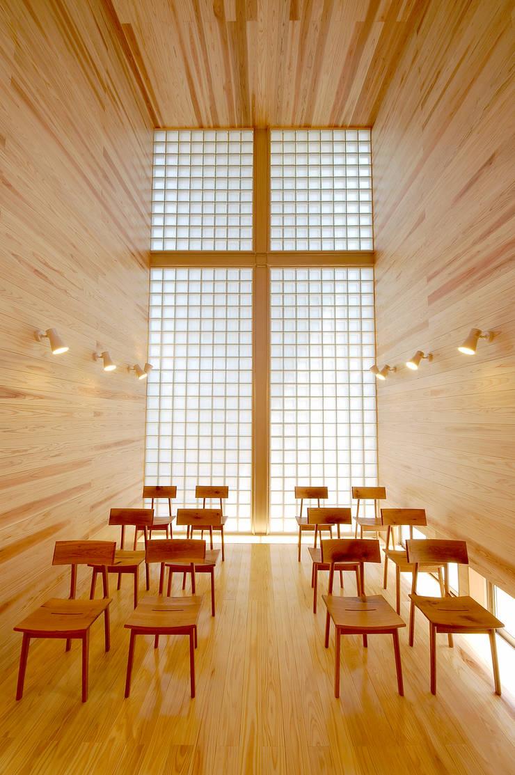 木薫る夏の教会「全開口と空窓の黙想の家」: M設計工房が手掛けた和室です。,モダン 木 木目調