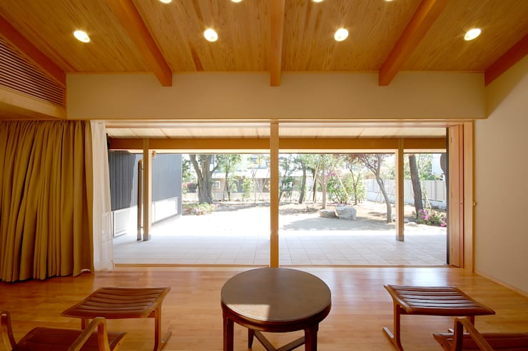 木薫る夏の教会「全開口と空窓の黙想の家」: M設計工房が手掛けたダイニングです。,モダン 木 木目調